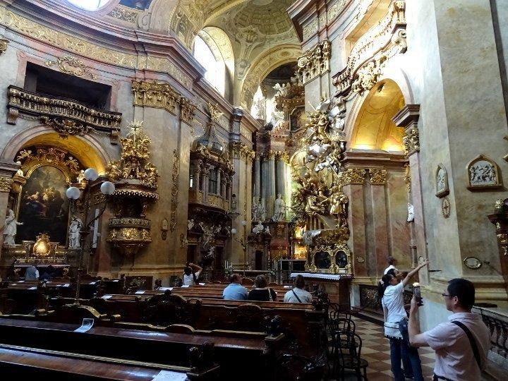 Interno in stile barocco di una chiesa da vedere a vienna