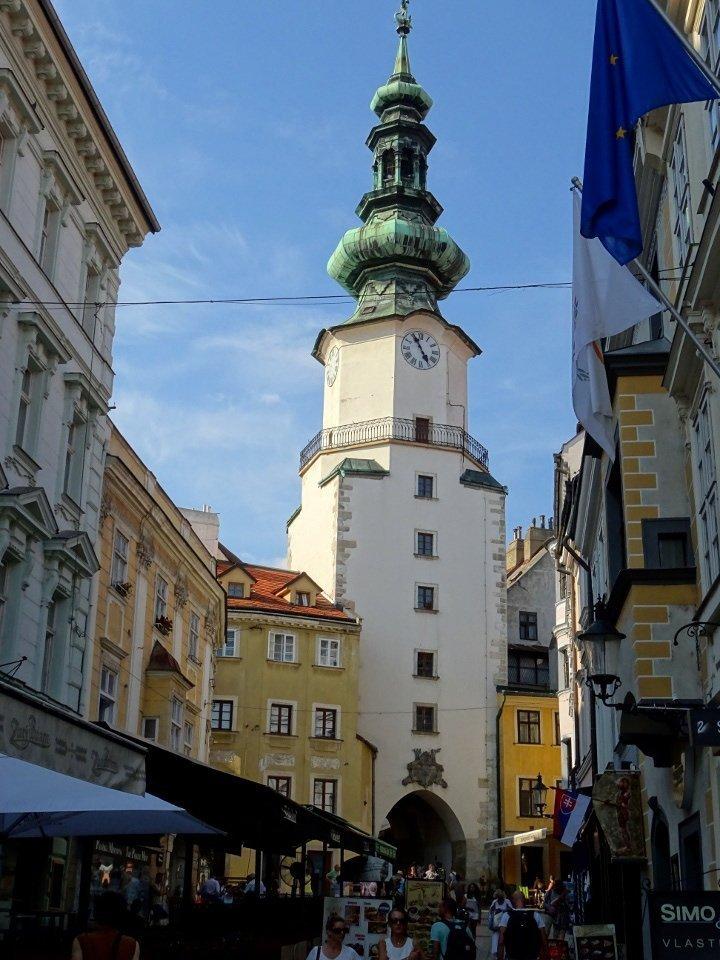 porta di ingresso al centro storico di Bratislava, una tappa da vedere durante un tuor di un giorno in città