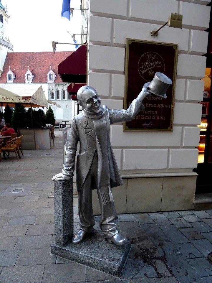 Schone Naci, una delle statue più conosciute di Bratislava