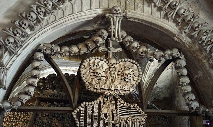 stemma della casata Schwarzenberg formato da ossa umane nell'ossario di Sedlec