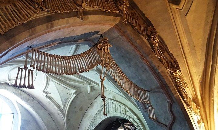 decorazione composta da ossa lunghe e un teschio all'ingresso dell'ossario
