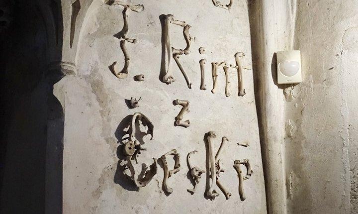 nome dell'artista e anno di realizzazione delle decorazioni scritte con le ossa