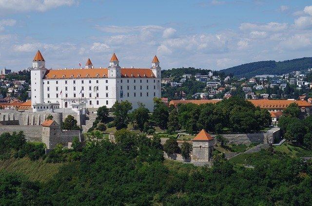 foto panoramica del castello di Bratislava, una delle principali cose da vedere se si è in città per un solo giorno