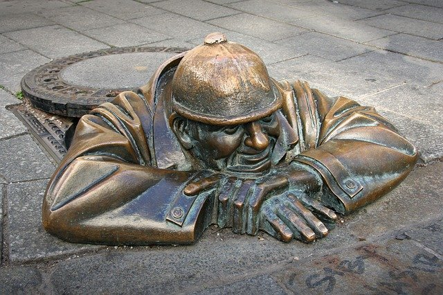 Cumil il guardone, una delle statue più famose di Bratislava