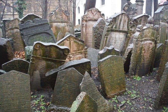 le tombe del vecchio comitero ebraico, una delle cose più commuoventi da vedere gratis a Praga