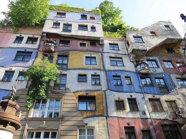 facciata dell'Hundertwasser House, il complesso di edifici più colorato di Vienna