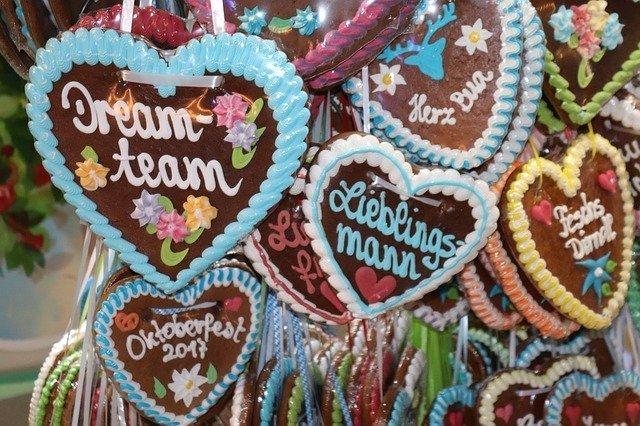 Biscotti a forma di cuore decorati con glassa colorata venduti durante i festival folkloristici a Vienna
