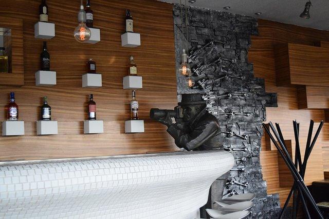 il Paparazzo, una delle statue più fotografate di BRatislava, al bancone dell'UFO bar sul Novy Most