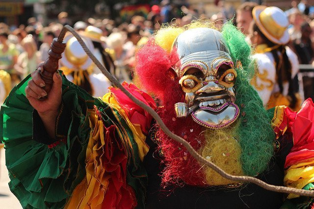 persona mascherata durante il carnevale delle culture, uno dei miglior festival gratuiti a Berlino