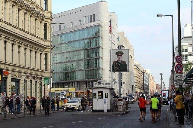 il Checkpoint Charlie, una delle cose più turistiche da fare gratis a Berlino