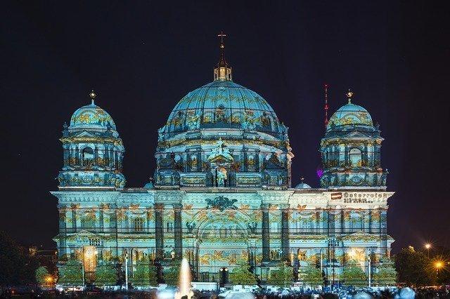 Il duomo di Berlino decorato con prioezioni artistiche durante il fetival delle luci