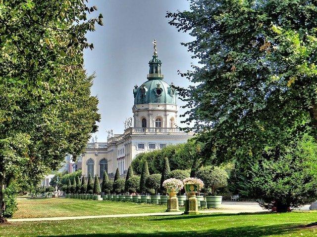 il Castello di Charlottenburg circondato dal parco, uno dei luoghi dove rilassarsi dopo una giornata passata alla scoperta delle cose da fare gratis a Berlino