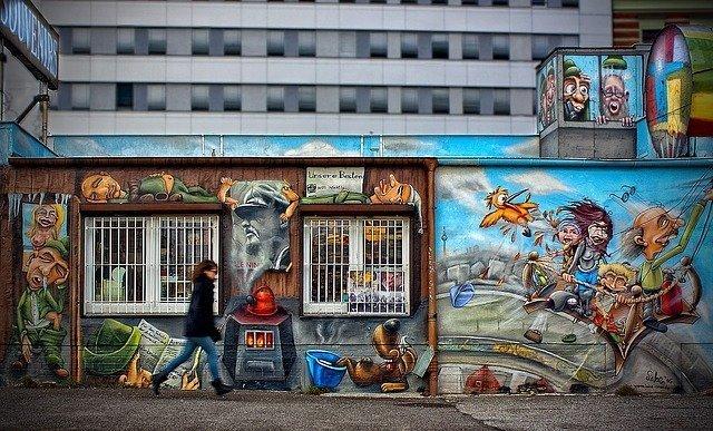 Un tratto della East Side Gallery, una delle cose più famose da fare gratis a Berlino