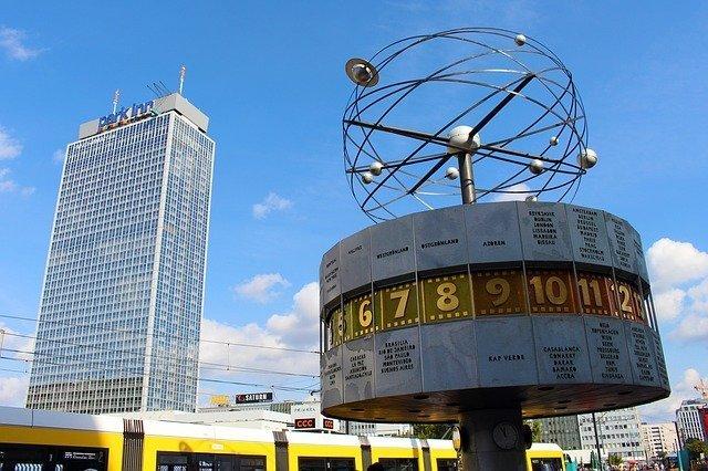 L'orologio Mondiale di Alexanderplatz,una delle piazze più famose dove trovare tante cose da fare gratis a Berlino