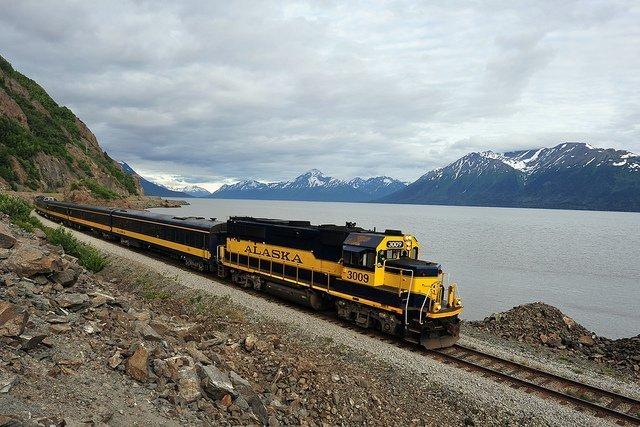 treno che passa su un ponte lungo la White Pass And Yukon Route, uno dei viaggi in treno più pericolosi ed emozionanti del mondo