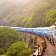 ragazza che si sporge dal finestrino di un treno durante un viaggio interrail