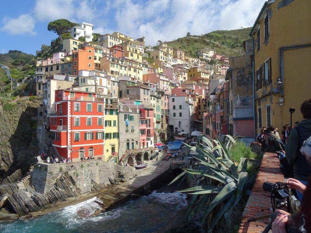 foto delle case colorate nella zona marina di Riomaggiore, uno dei borghi delle Cinque Terre