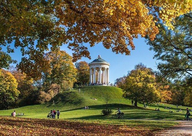 Il tempio greco nel giardino inglese, uno dei parchi più grandi da vedere a Monaco di Baviera