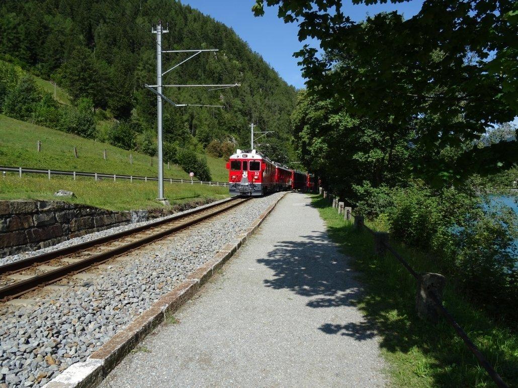 Il treno del Bernina è una delle attrazioni più interessanti da vedere in Valtellina d'estate con i bambini