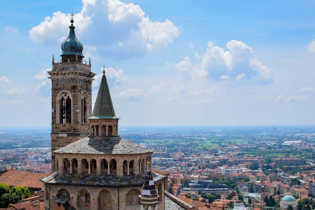 Vista panoramica della città di Bergamo dal Campanone, una delle sette città d'arte della Lombardia da visitare in treno