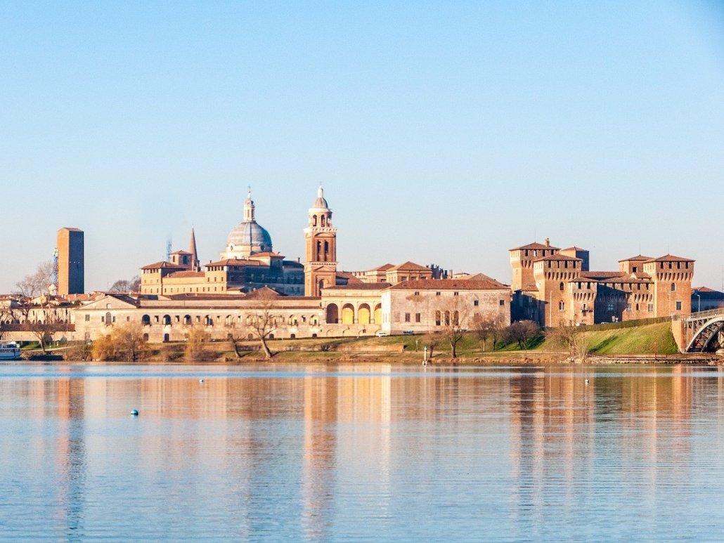 Il Palazzo Ducale di Mantova visto dal fiume