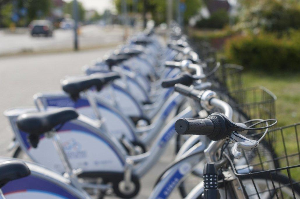 fila di biciclette bianche e blu parcheggiate lungo un viale