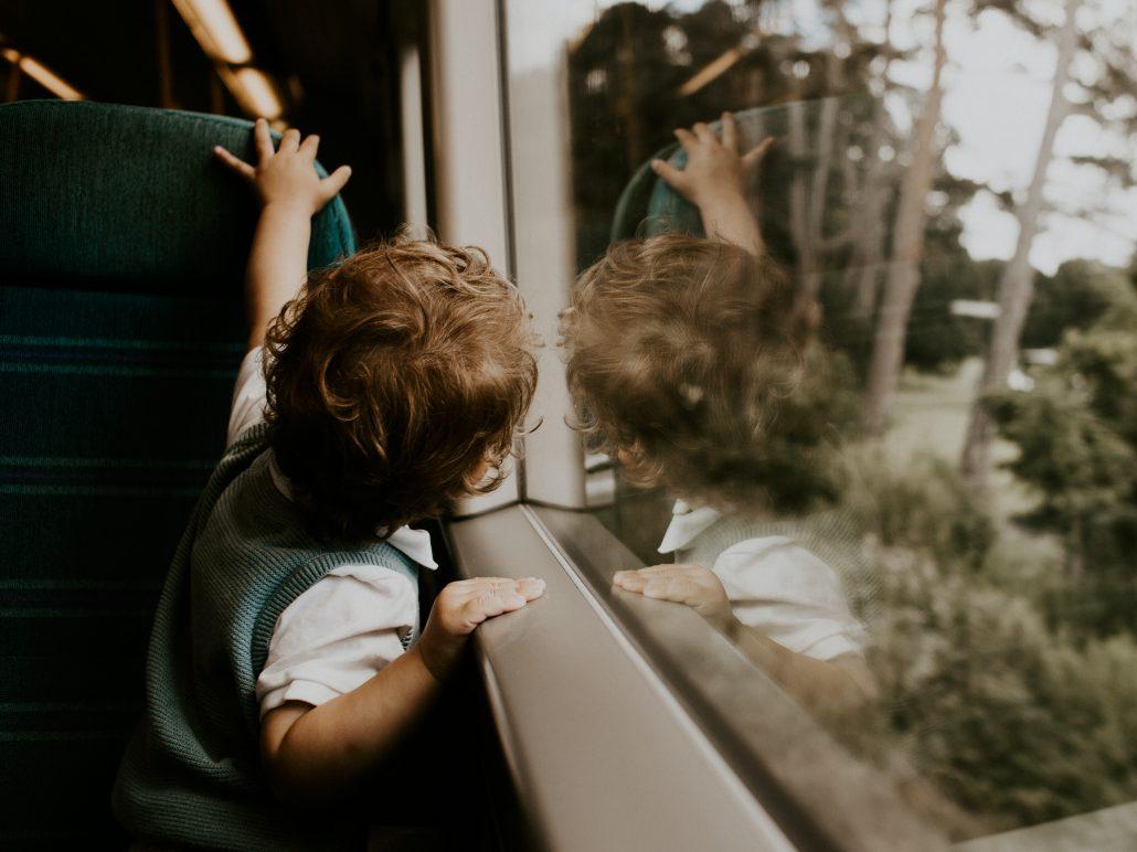 Fno a che età i bambini possono viaggiare gratis in treno? Scopri quando acquistare loro un biglietto per regionali di Trenitalia, Frecce e Italo