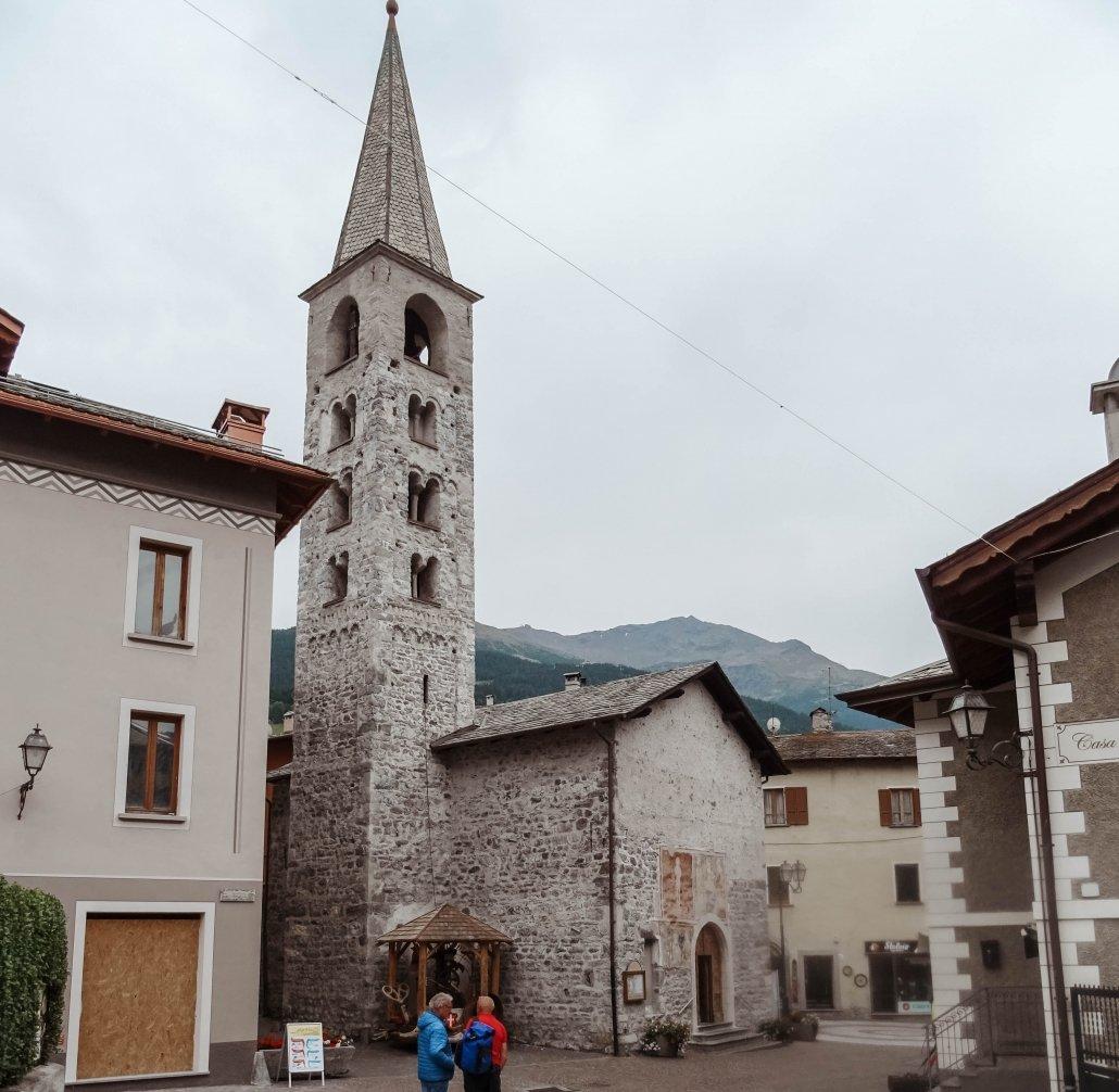 Cosa vedere a Bormio e dintorni: la Chiesa di San Vitale con la torre campanaria
