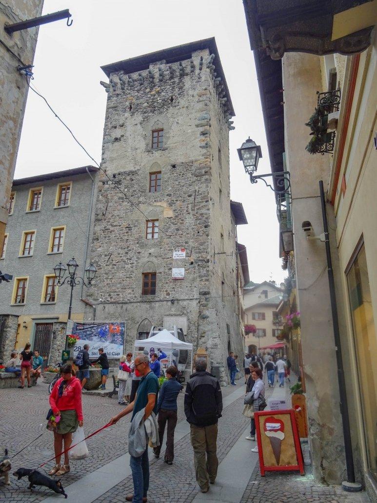 La Torre Alberti in mattoni grigi nel pieno di via Roma