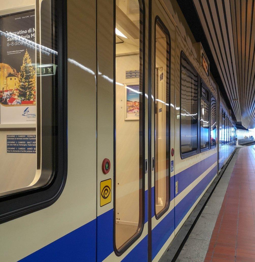 Treno panoramico delle Centovalli al binario sotterraneo della stazione di Domodossola