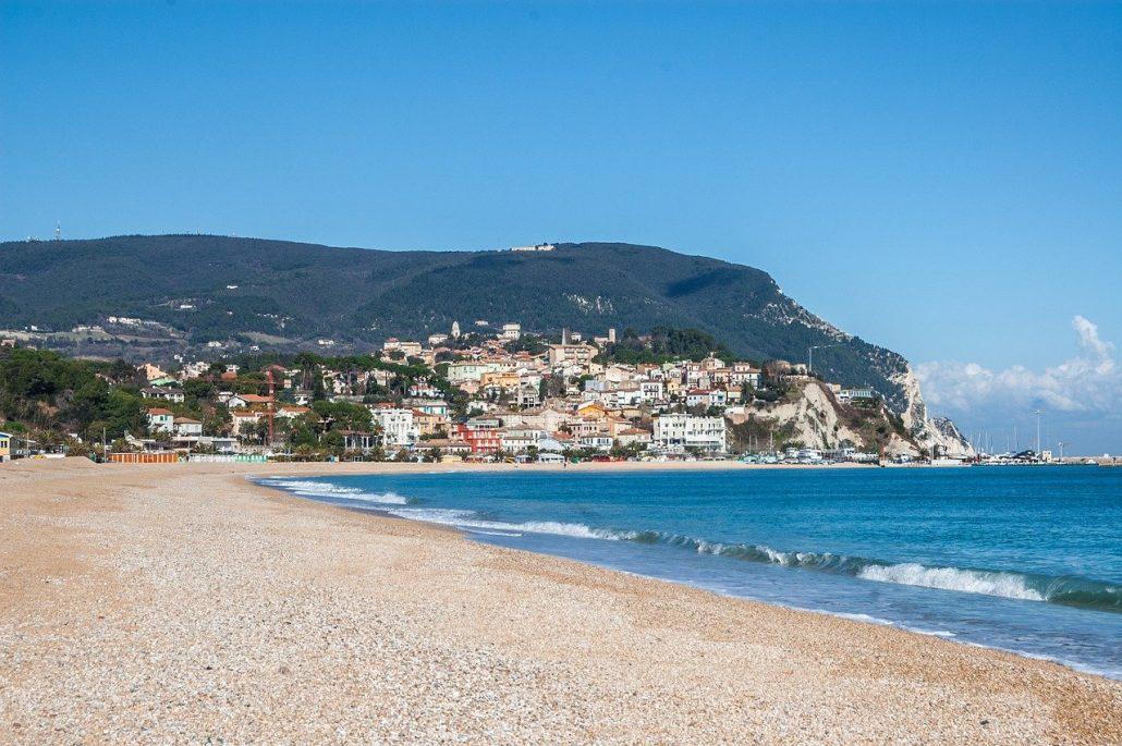 Spiagge raggiungibili in treno in Italia: il Conero